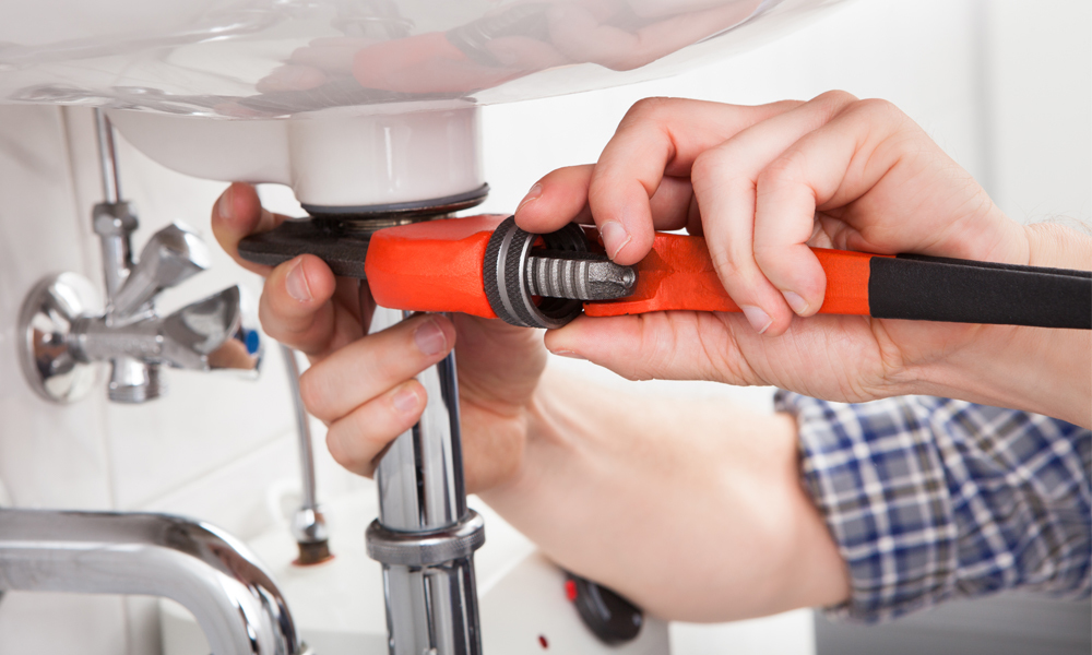 professional performing plumbing work in Keaau, HI