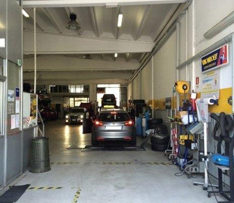 officina con auto in riparazione