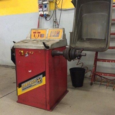 macchinario rosso in un' autofficina