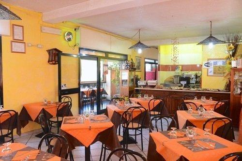 interno di una pizzeria con vista dei tavoli apparecchiati