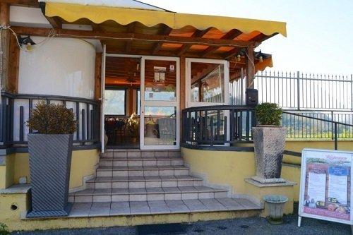 vista dell'entrata di un ristorante con una veranda