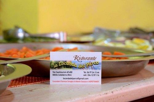 un buffet e il biglietto da visita del ristorante La Locanda Del Parco