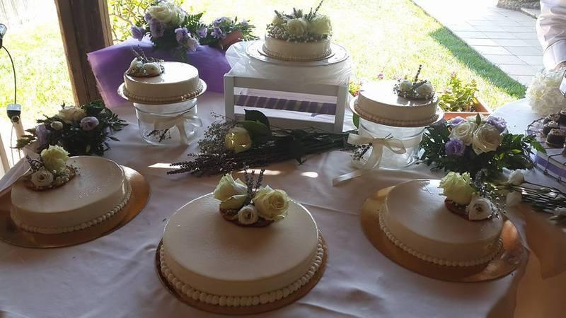 esposizione di diverse tipi di torte con decorazione floreali