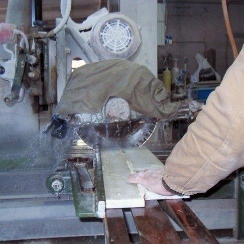 Lavorazione di una lastra di marmo