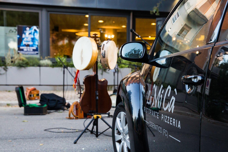 vista laterale di una auto e strumenti musicali