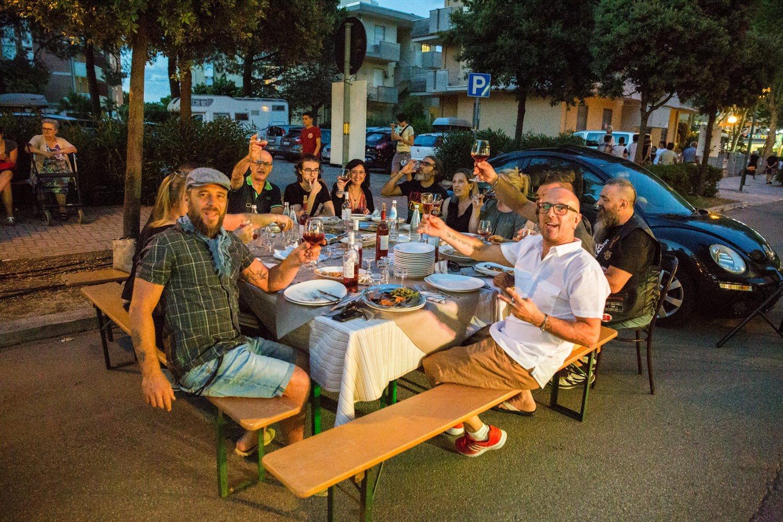 un gruppo di persone che brinda al tavolo di un ristorante