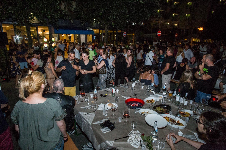 tavolo imbandito con persone che ballano