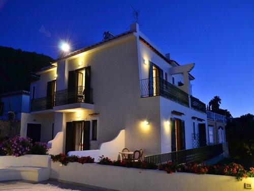 edificio illuminato di notte