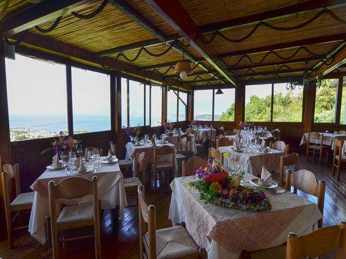 veranda del ristorante con tavoli apparecchiati