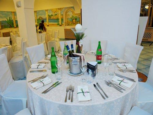 sala allestita a tema con tavolo rotondo e bottiglia di spumante al centro