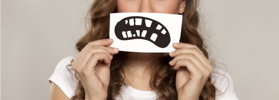 ragazza con disegno di denti rovinati