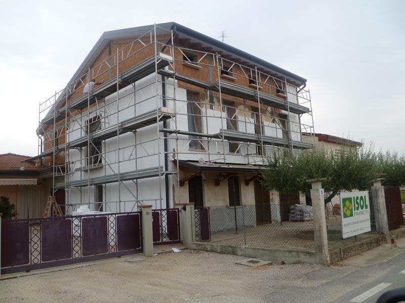 vista frontale di una casa durante costruzione