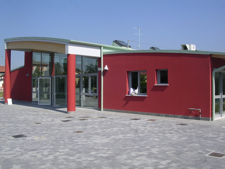 facciata rossa di un edificio