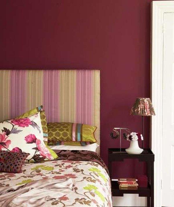 muro viola in camera da letto