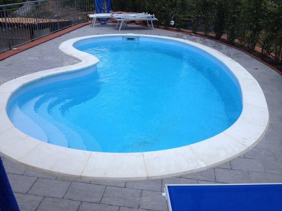 piscina in vetroresina modello fagiolo