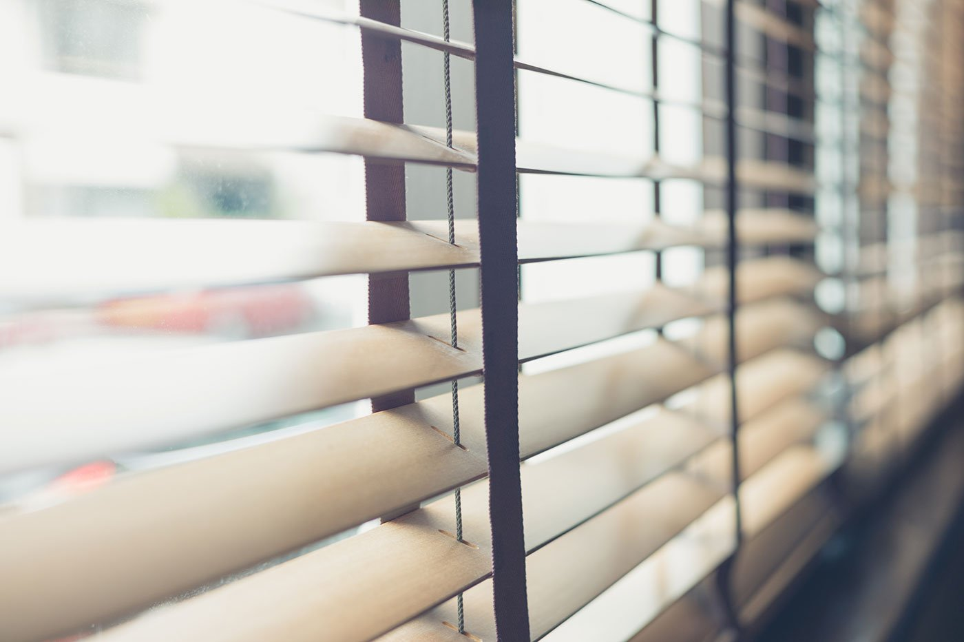 La luce del sole attraverso le veneziane alla finestra
