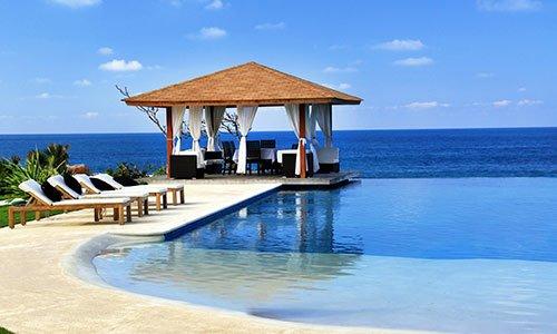 Palafitta e piscina in resort di lusso