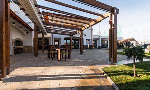 Bella terrazza lounge con pergolato e tavolo in legno con sedie