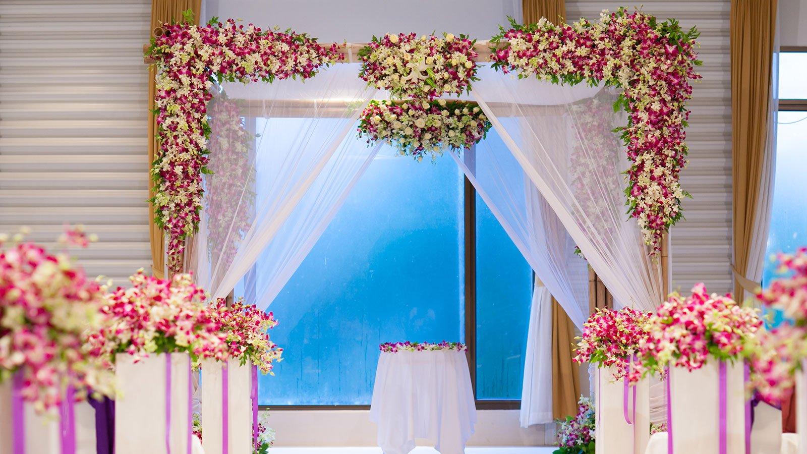 Un altare matrimoniale addobbato con fiori colorati