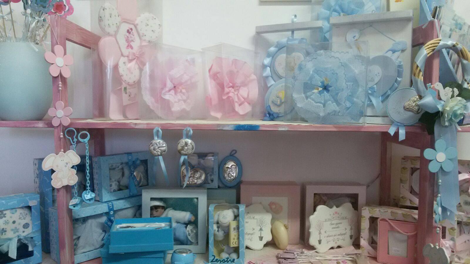 Delle bomboniere con fiocchi di color rosa e azzurro