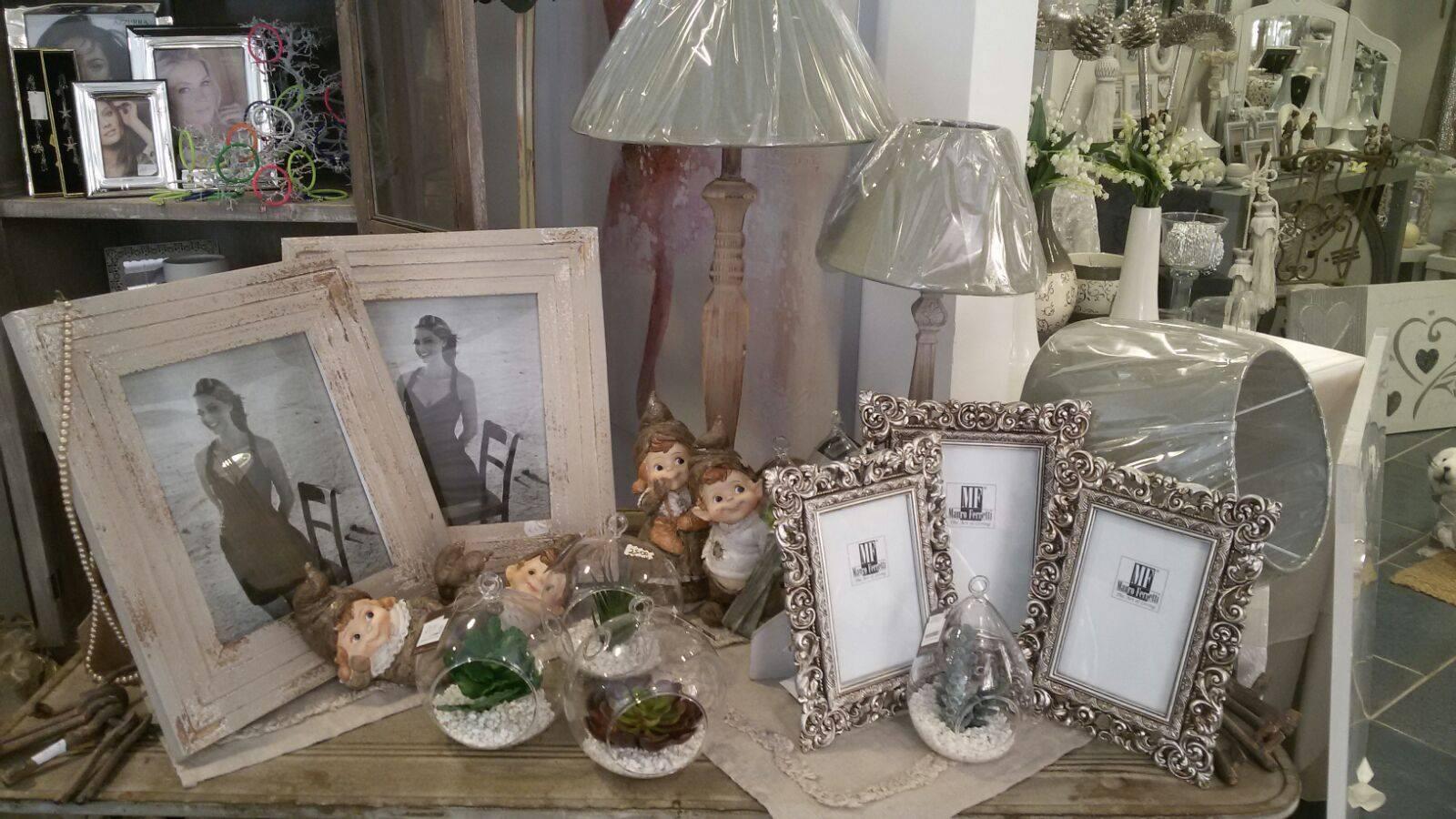 Un insieme di cornici in argento , legno e dei vasi in cristallo