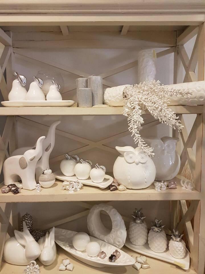 Uno scaffale con degli elefanti e della frutta in porcellana