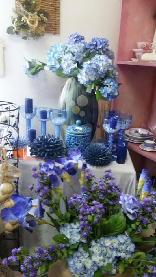 vasi di fiori e candelabre di color blu