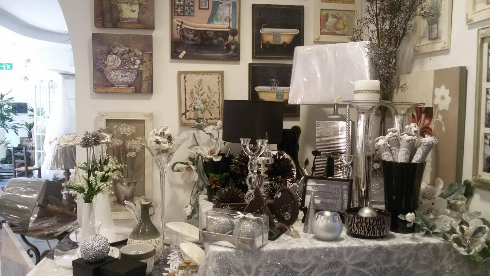Delle decorazioni casalinghe e natalizie di color bianco e nero