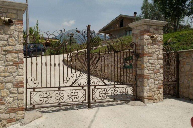 cancello carrabile e pedonale in ferro battuto