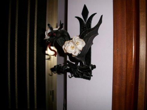 Vaso di fiori di ferro sulla parete