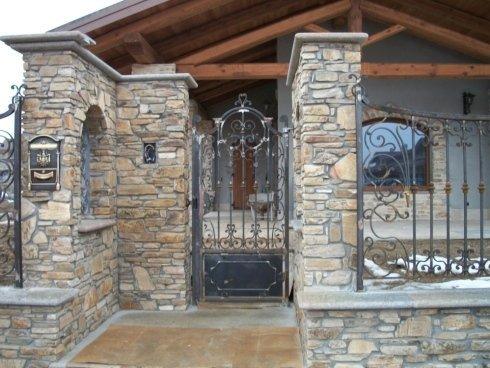 vista esterna di una casa con cancello in ferro