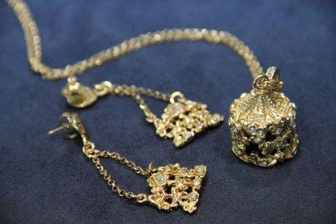Ciondolo e orecchini in oro
