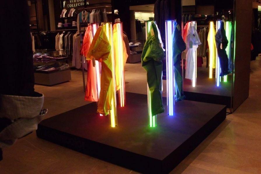 Neon in pasta con rivestimento in plex trasparente