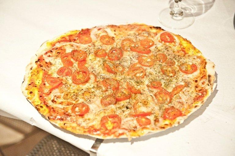 pizza mozarella, pancetta e pomodori pacchino