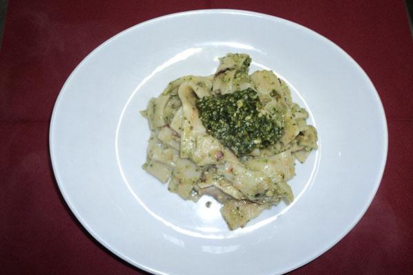 Un piatto di pasta fresca al pesto
