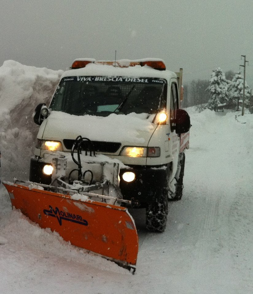 camion bianco che spala la neve