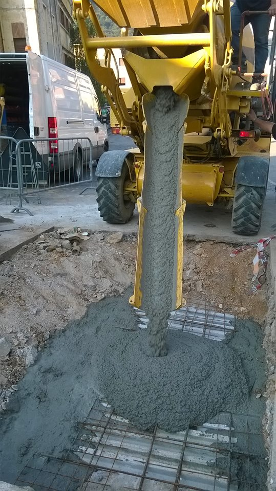 colata di cemento da macchiario giallo