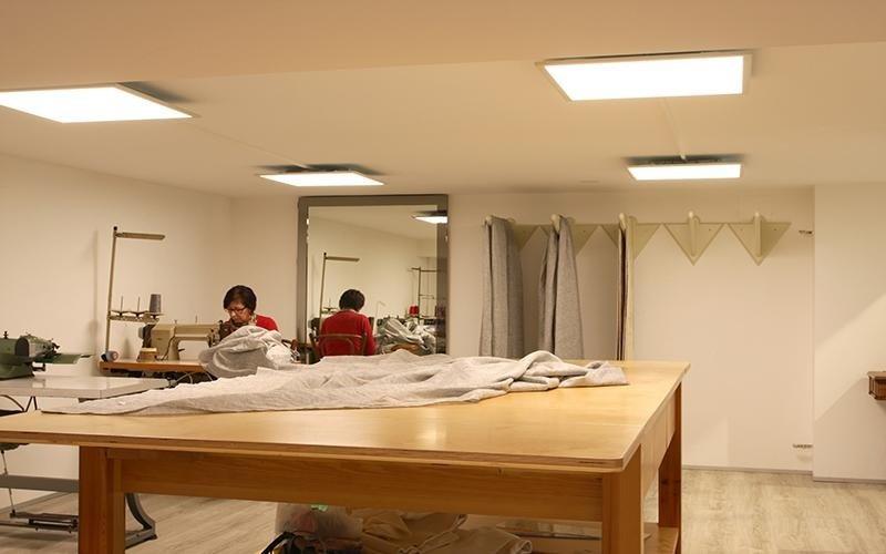 Due persone lavorando nel laboratorio di cucito