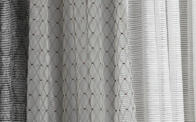 dettaglio tenda da interno decorata con motivo geometrico