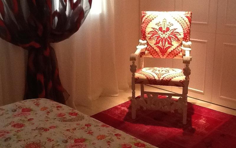 sedia in legno rivestita in tessuto di cotone dipinto a mano