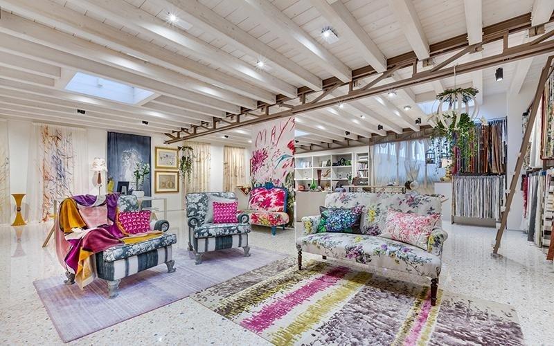 divani e poltrone rivestiti con tessuti dipinti a mano