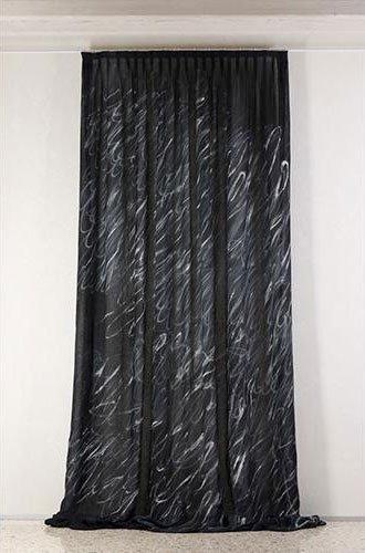 Tenda nera con diseño blanco