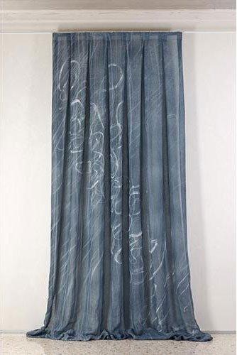 Tenda grigia con disegno di colore bianco