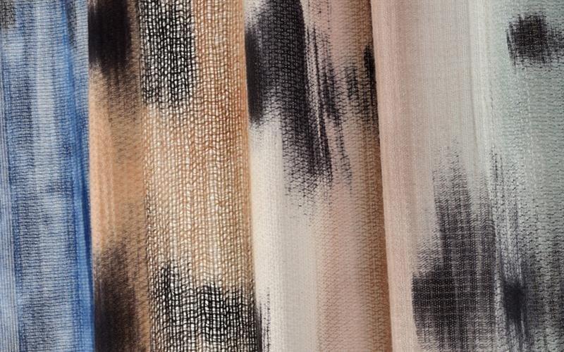 Dettaglio della pittura nera a mano su filo bianco