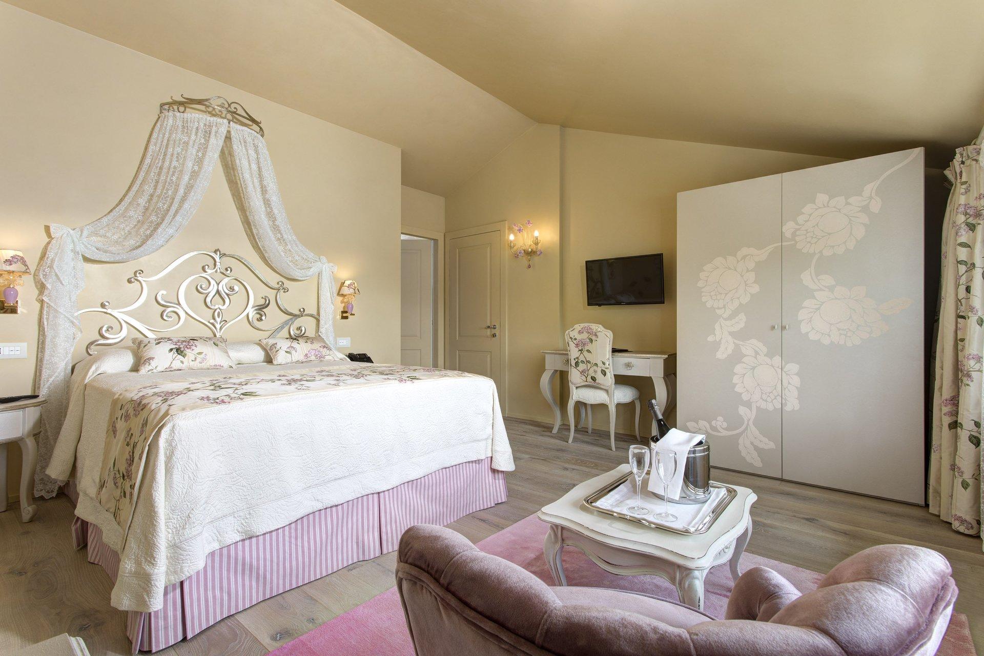 camera da letto con arredamento rinnovato