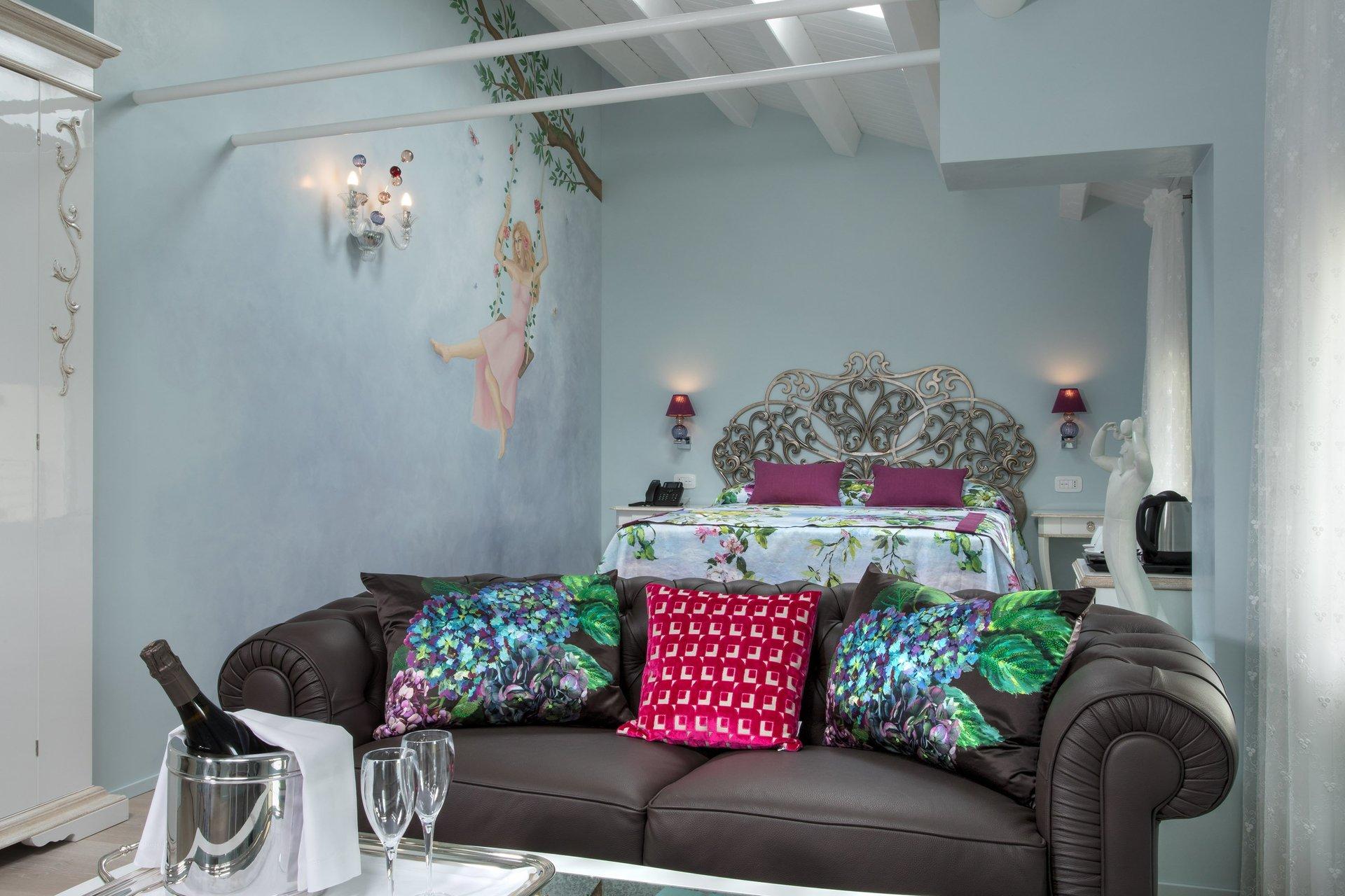 divano a due posti e cuscini colorati