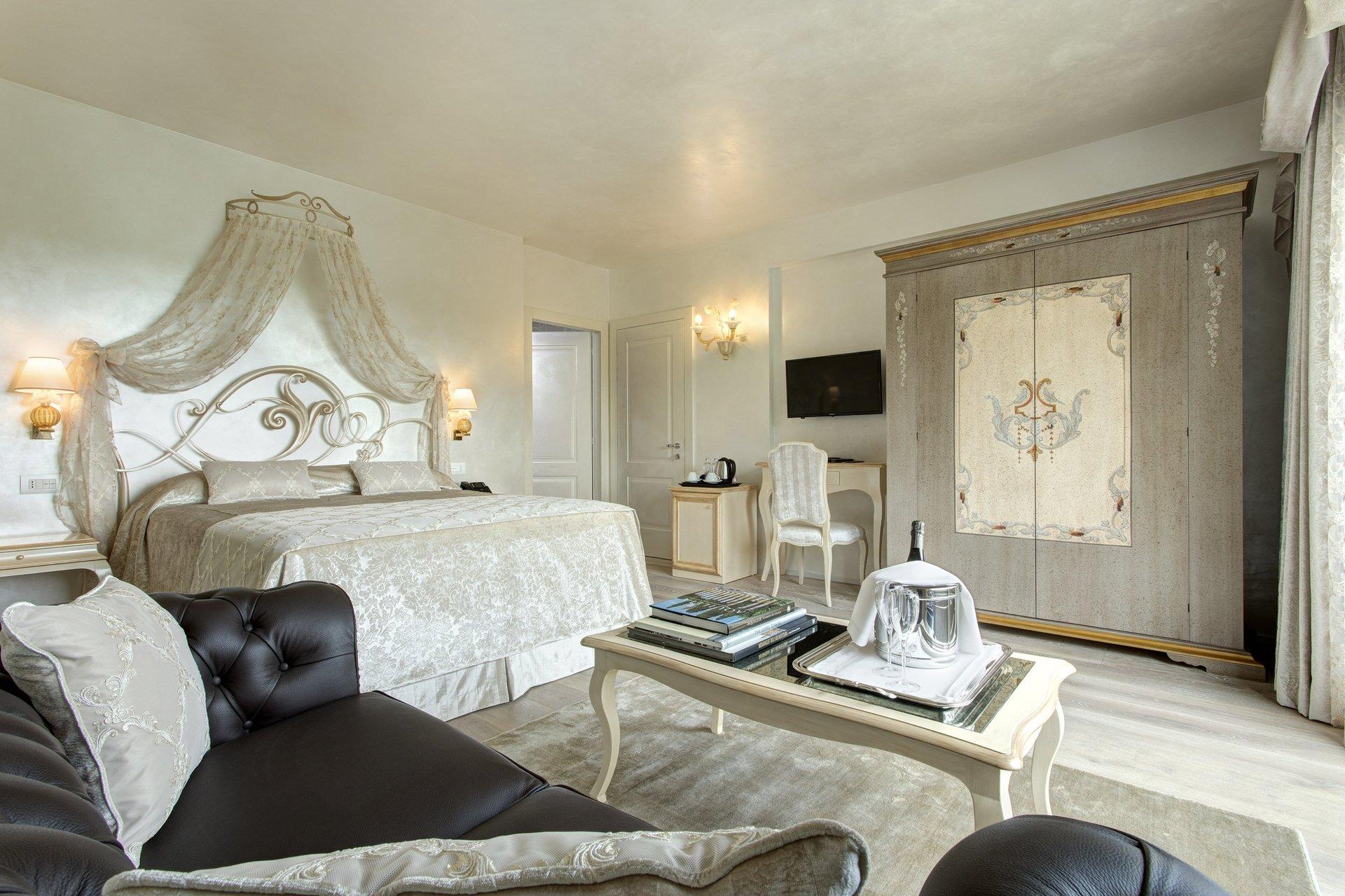 stanza da letto con divanetto e angolo relax