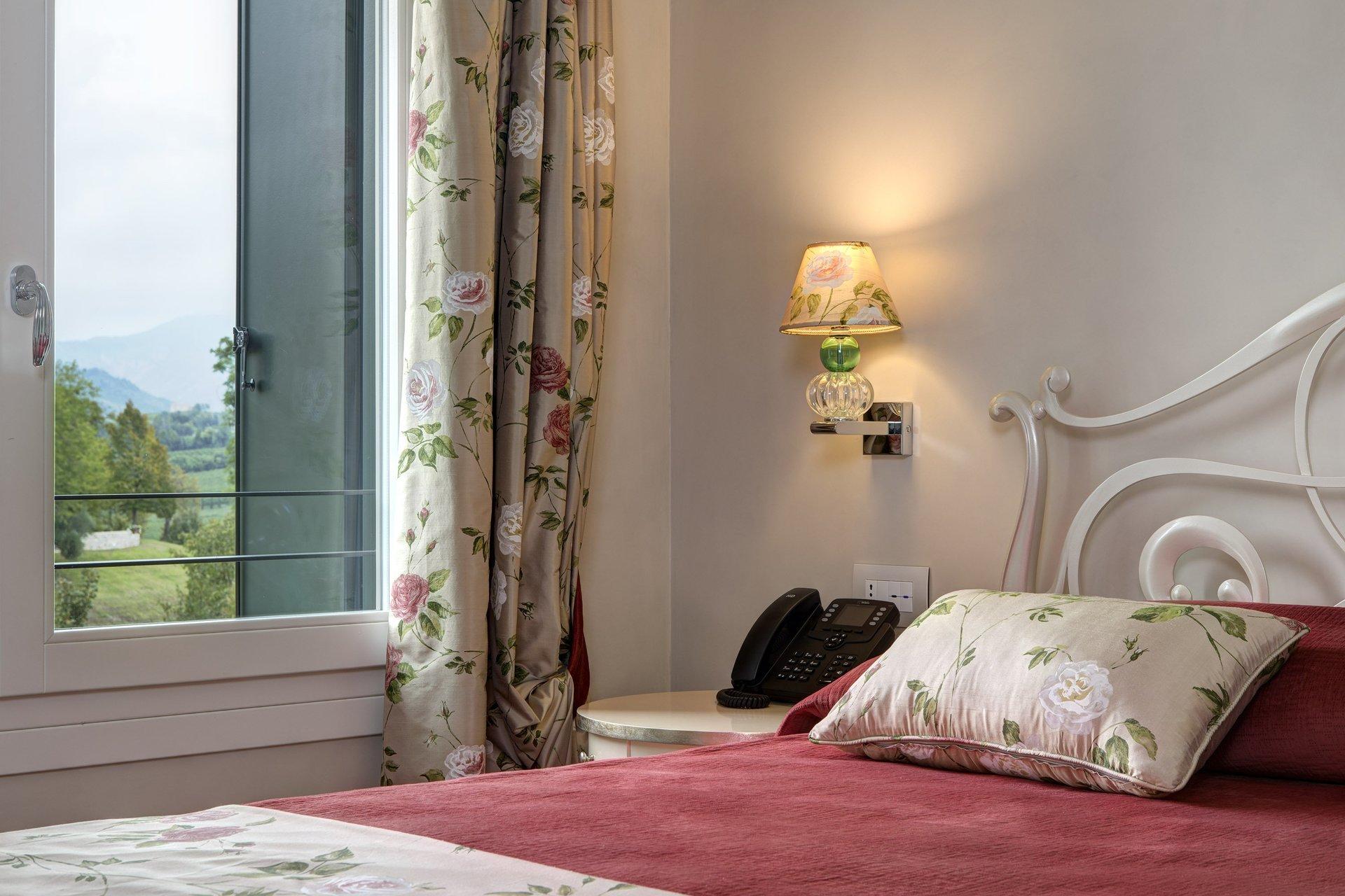 camera da letto con tende da interno dipinte a mano