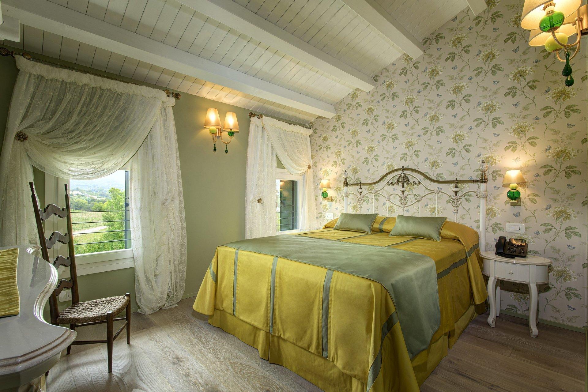 camera da letto con carta da parati colorata