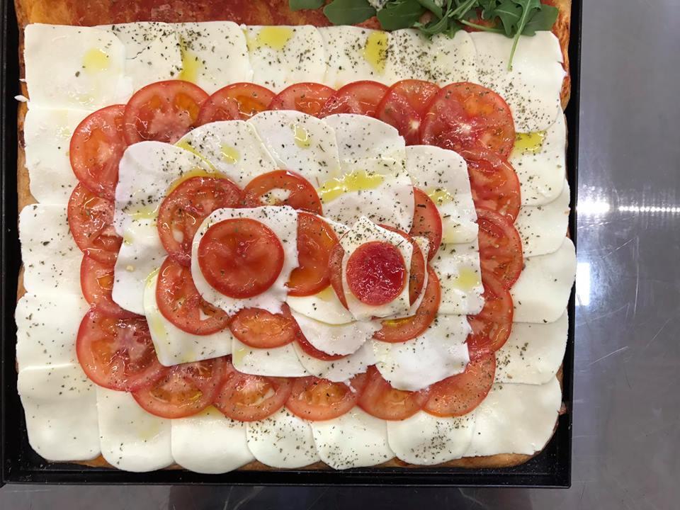 pizza con pomodoro e mozzarella